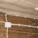 Крепление провода скобами