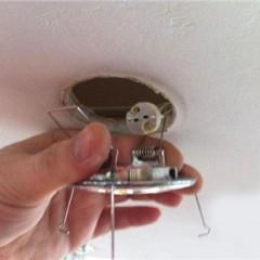 Как аккуратно снять точечный светильник?