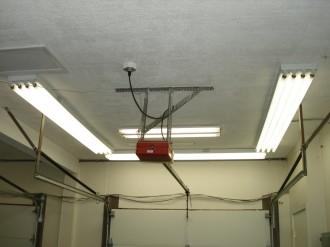 Яркие потолочные лампы по периметру комнаты