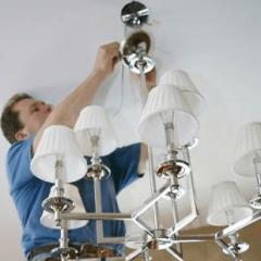 Как повесить люстру на потолок?