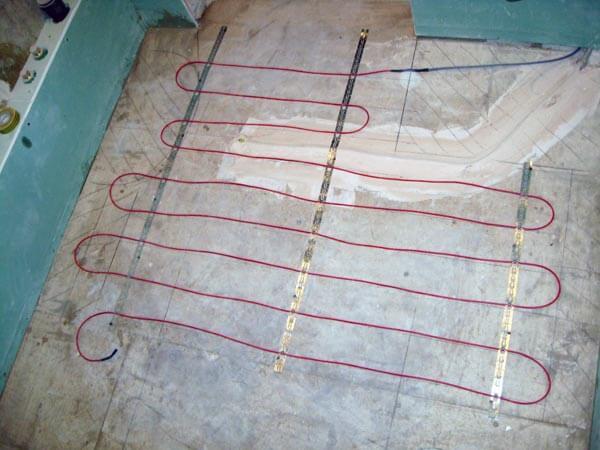 Крепление нагревательного кабеля монтажной лентой