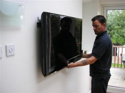 Подвешивание экрана на стену