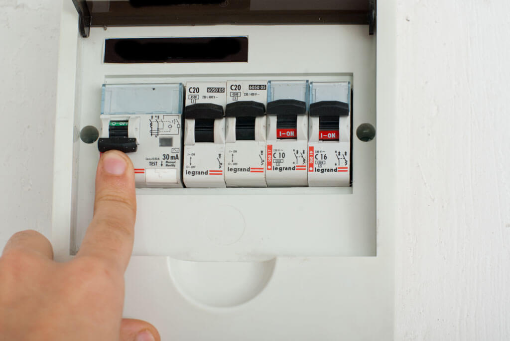 razborka vikluchatelia 4 Что делать, если в квартире пахнет горелой проводкой? Фото