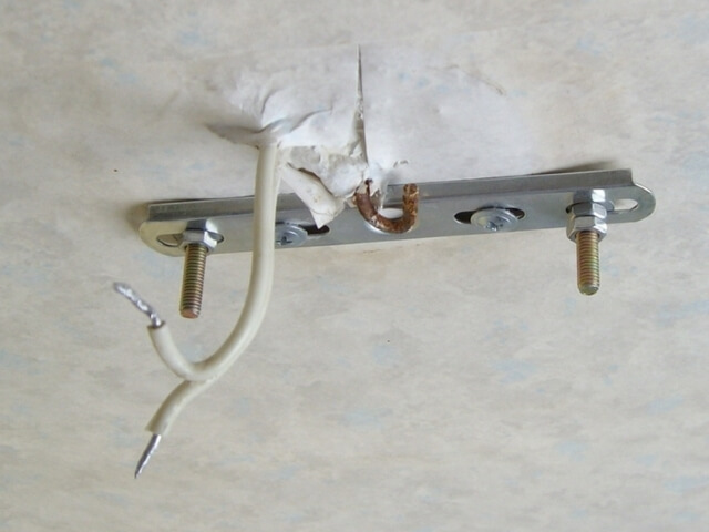 Как снять люстру с натяжного потолка
