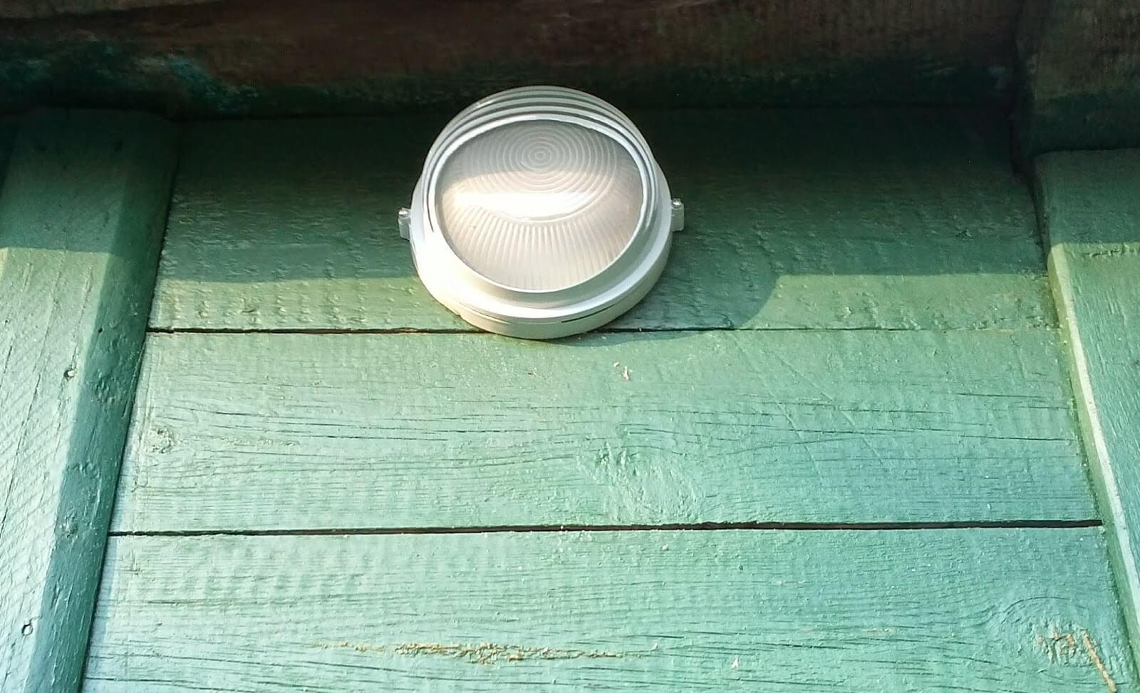 Уличный светильник на даче фото