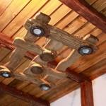 Громоздкий деревянный светильник под старину