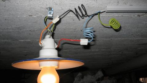 Как сделать безопасное освещение в подвале?