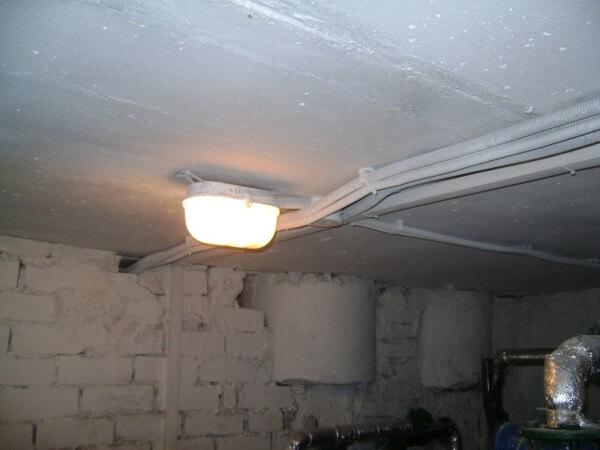 Свет в подвальном помещении фото