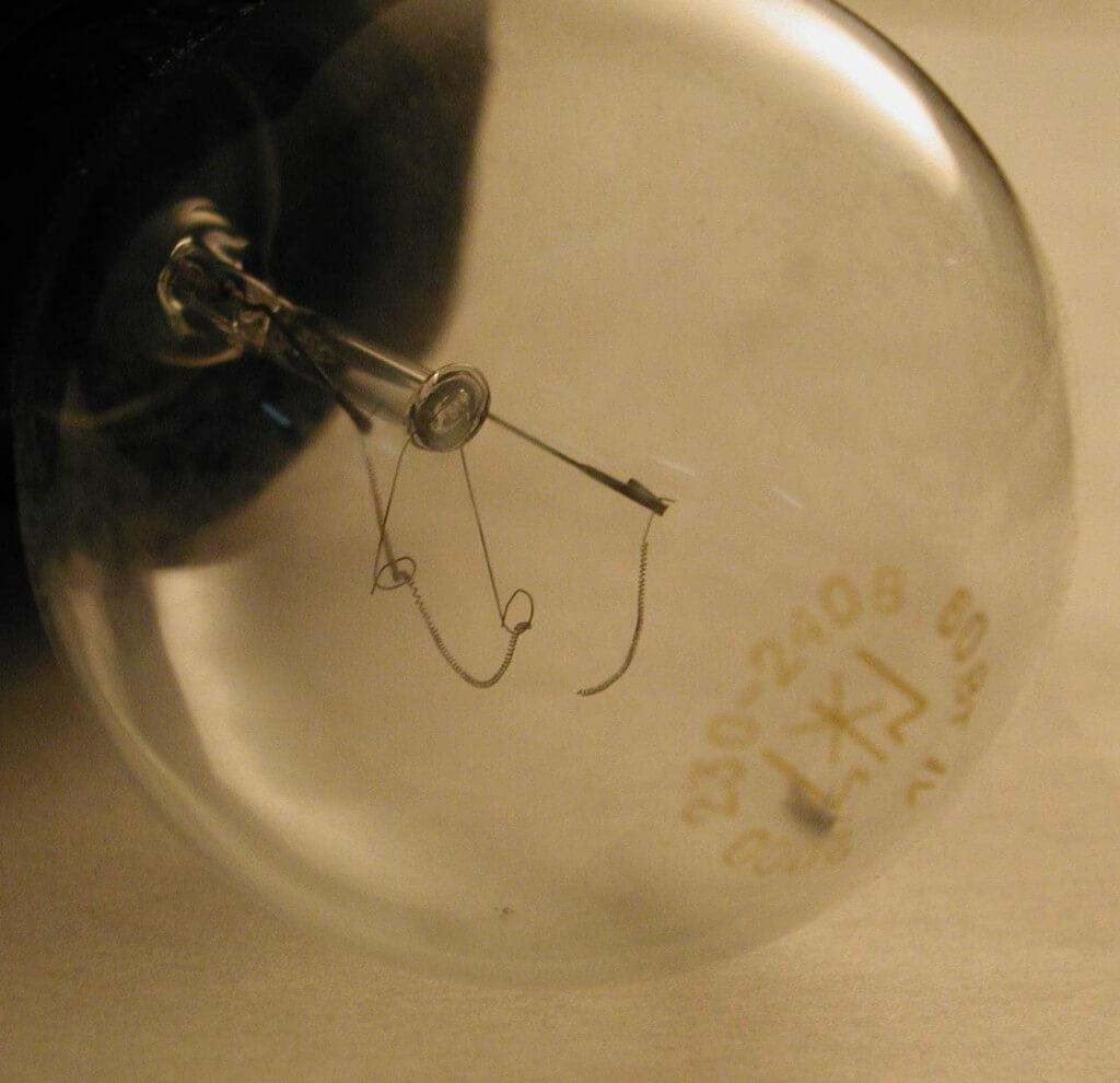 Почему часто перегорает лампочка в квартире
