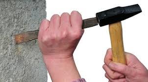 Штробление стены молотком и зубилом
