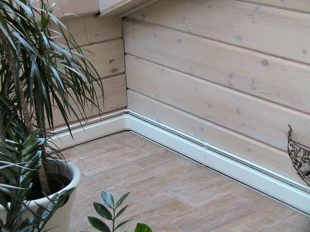 Наглядный вид плинтусного обогрева в деревянном доме