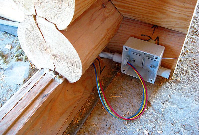 коробка в доме из дерева
