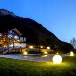 Сферические светильники в саду
