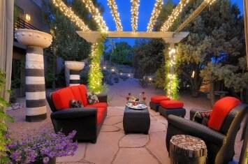 Уютно освещенный дворик
