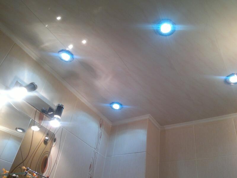 красивые точечные светильники в потолок на кухне