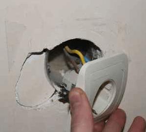 Что делать, если розетка вываливается из стены?