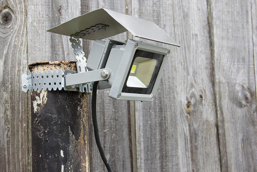 Защитный козырек для уличного светильника
