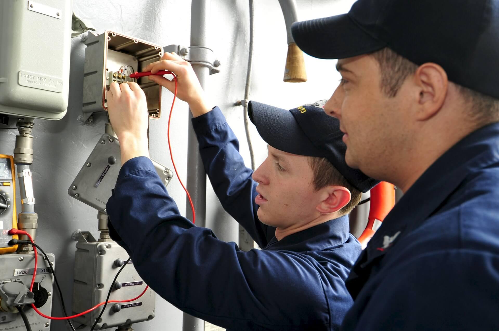Электромонтажник с коллегой
