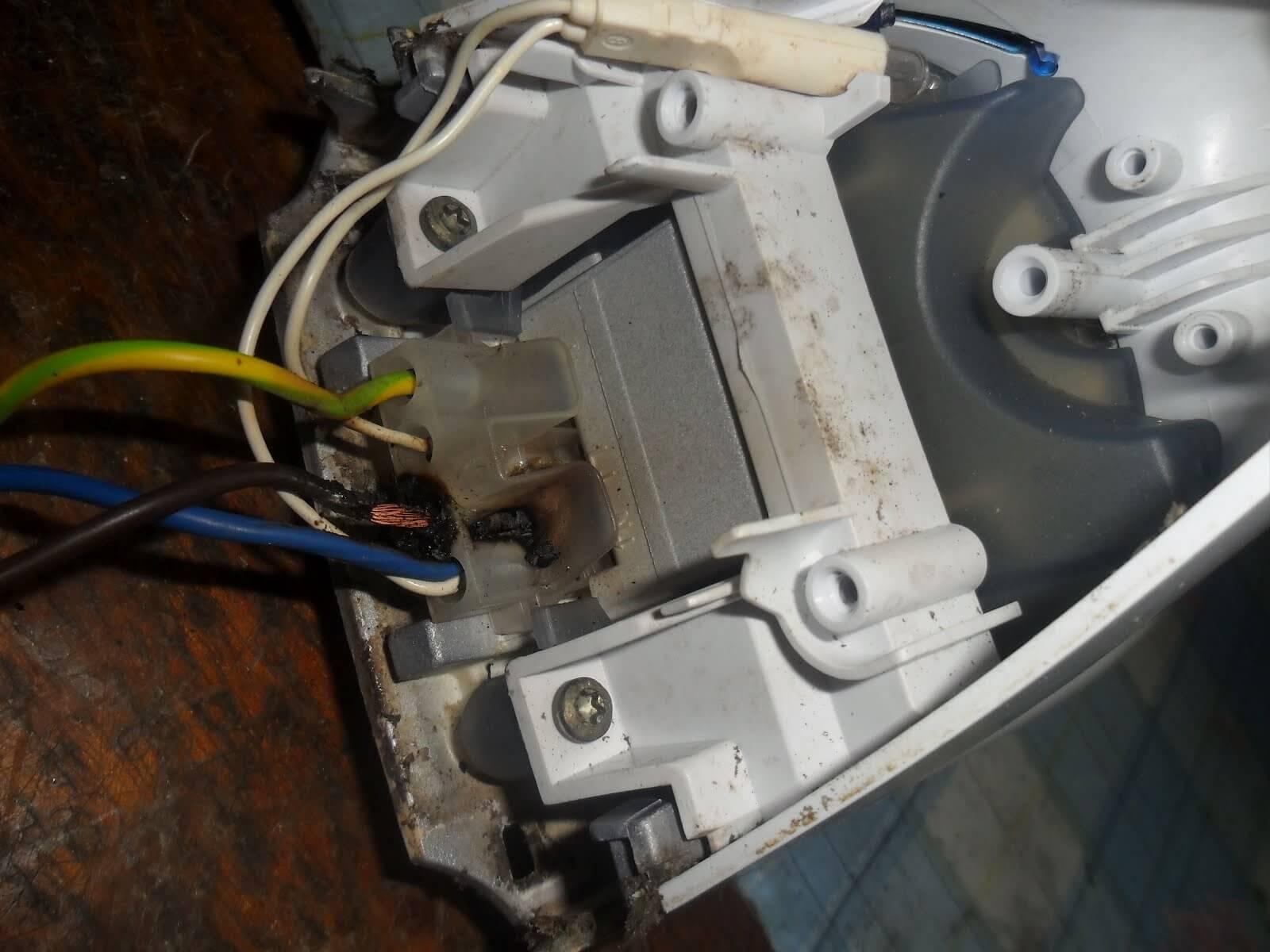 Оплавились провода на утюге