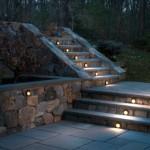 Точечное освещение по центру садовых лестниц