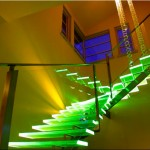 Интересная зеленая подсветка прозрачных ступенек