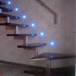 Аккуратное размещение точечных светильников вдоль ступенек
