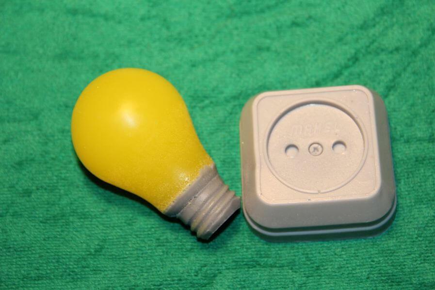 Мыло в форме лампочки и розетки
