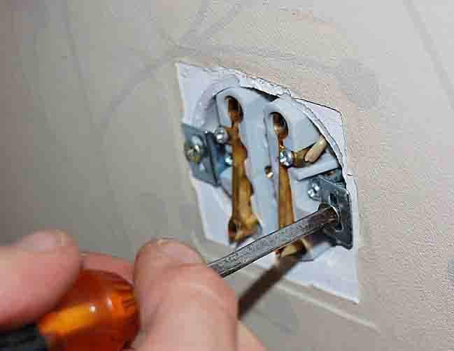 Скрытая розетка в стене