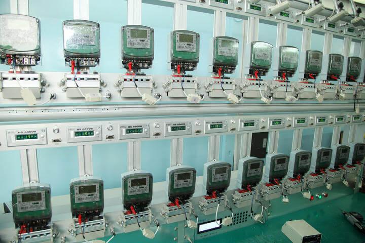 Электросчетчики на стенде