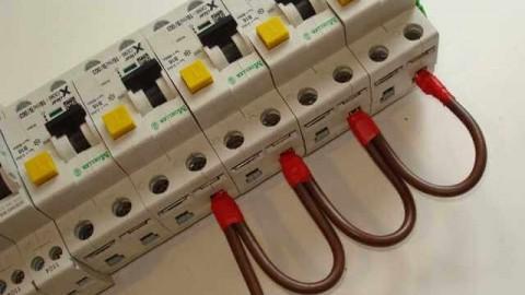 Как соединить автоматические выключатели в щитке?