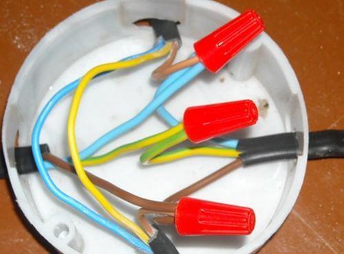 Соединение проводников в коробке
