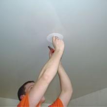 Как установить точечный светильник в натяжной потолок?