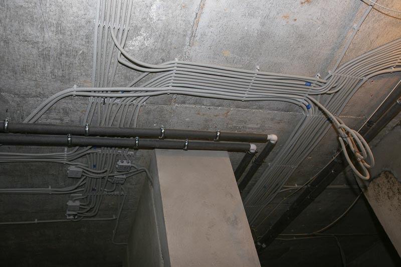 Проведение кабельной линии по потолку в гофре