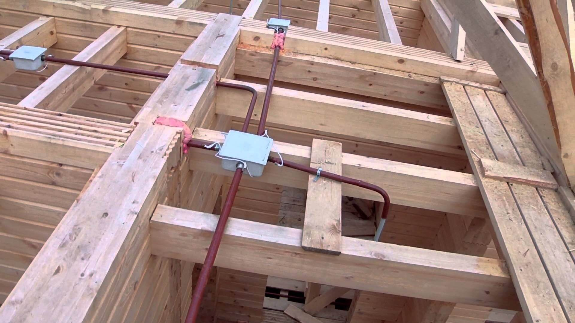 Прокладка проводки в деревянном доме
