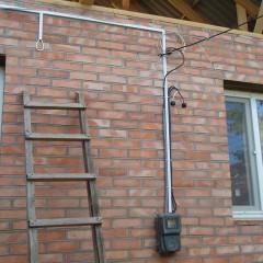 Как провести кабель по фасаду здания?
