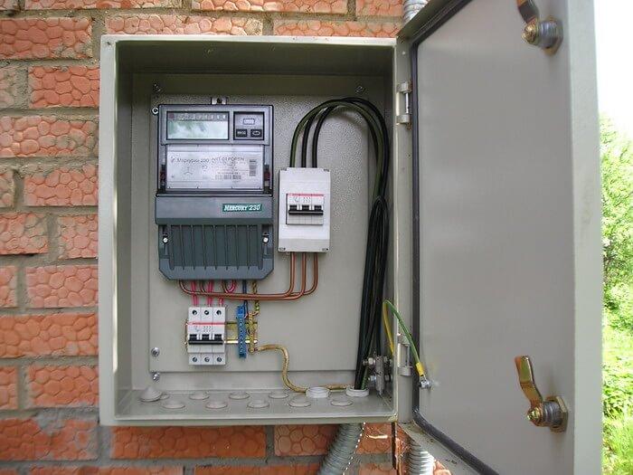 Металлический электрощит на улице