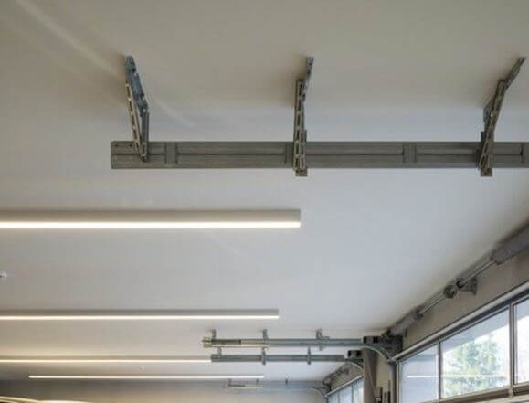 Линейный светильник на потолке