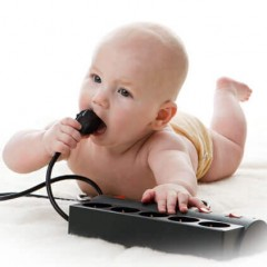 Как обезопасить ребенка от электричества - эффективные способы