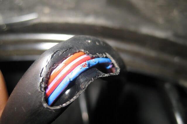 Изоляция кабеля повреждена