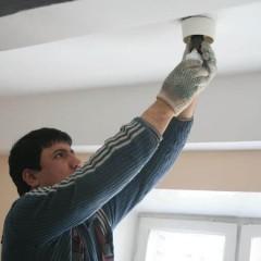 Кто должен менять лампочки в подъезде многоквартирного дома