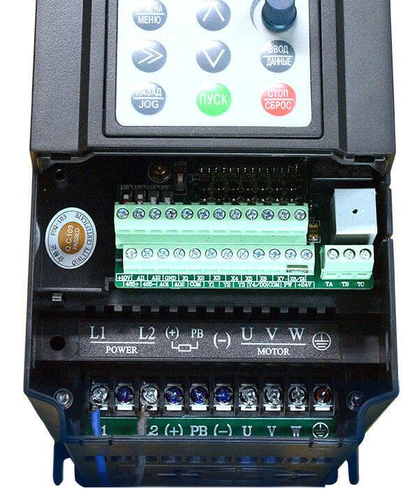 Клеммы частотного преобразователя для подключения датчиков, питания и двигателя