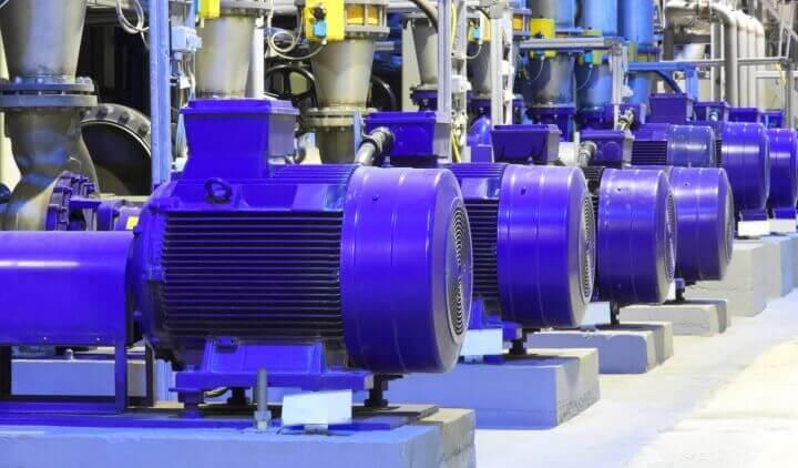 Электродвигатели в насосной на производстве