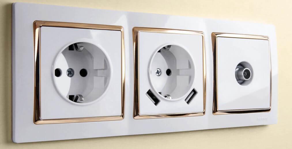 Розетки и выключатели Werkel в трёхпостовой рамке