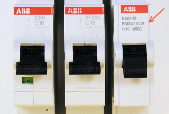 Отличия лицевых панелей ABB (на Basic M указывает стрелка)