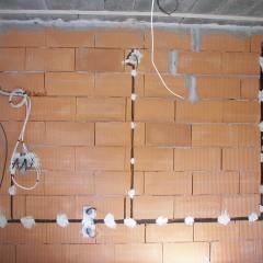 Что делать сначала: электрику или штукатурку стен