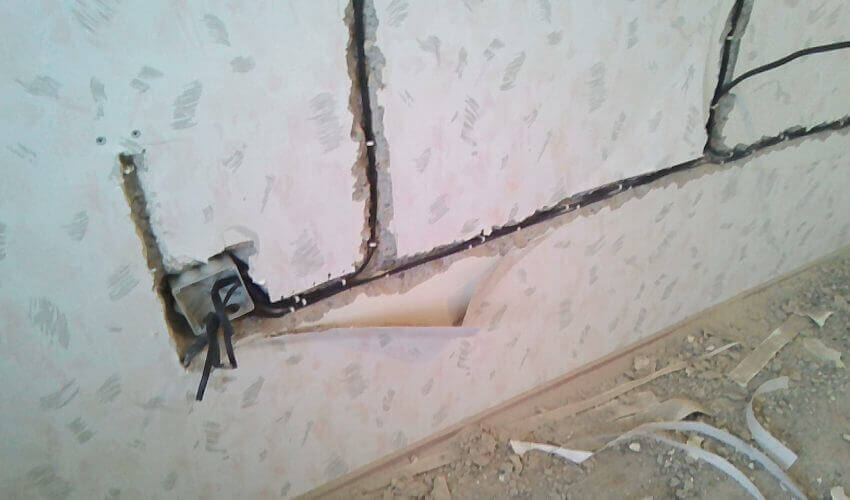 Проводка в штробах стен старого дома