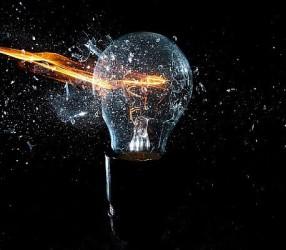 Почему взрываются лампочки при включении света и как этого избежать