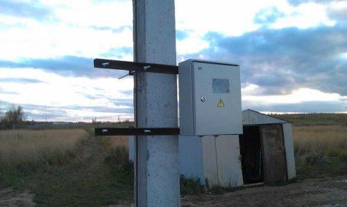 Вариант крепления электрощита на столбе