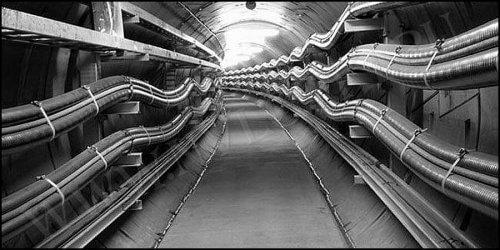 В тунелях и трубах кабель прокладывают по консолям