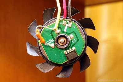 Пример платы компьютерного куллера датчик Холла установлен в нижней части